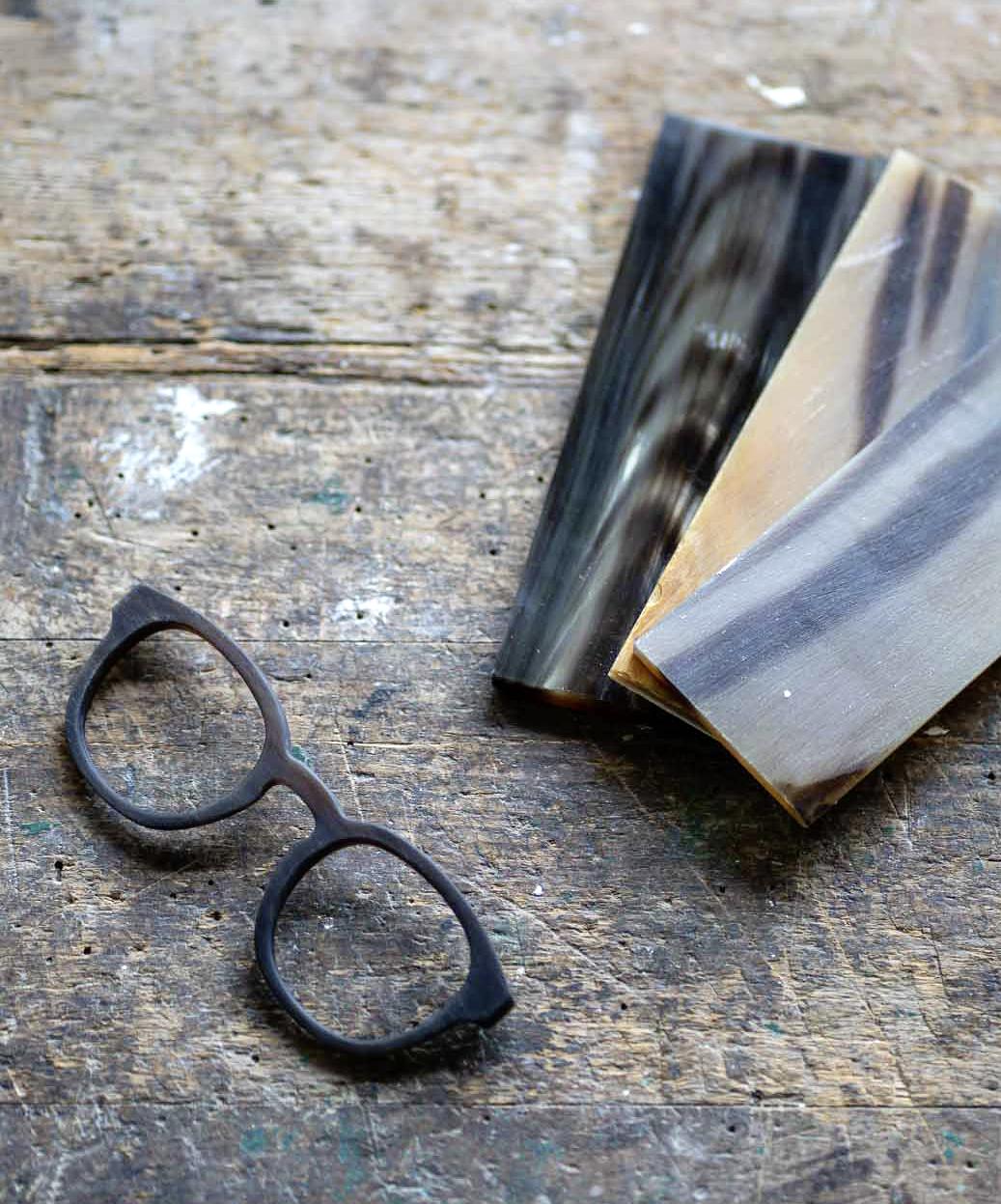 Hornblöcke und Brille auf Werkbank